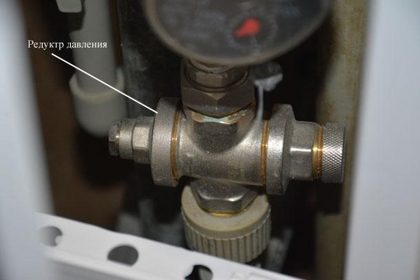 Редуктор давления воды установленный в системе водоснабжения городской квартиры
