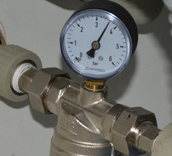 Измерение давление в системе водопровода. Установка манометра на фильтр грубой очистки воды