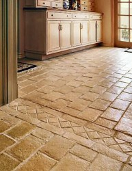 Каменный пол в кухне