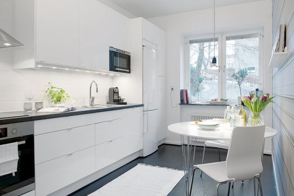 высокий предмет мебели в дальнем конце кухни