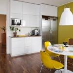 яркая стена для маленькой кухни