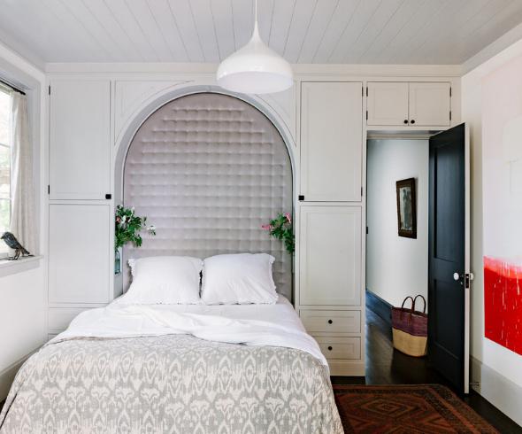 дизайн маленькой спальни пространство около двери