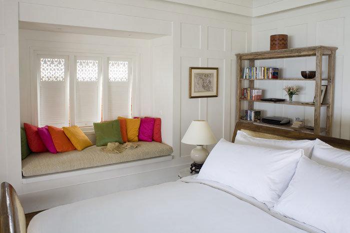 дизайн маленькой спальни широкий подоконник