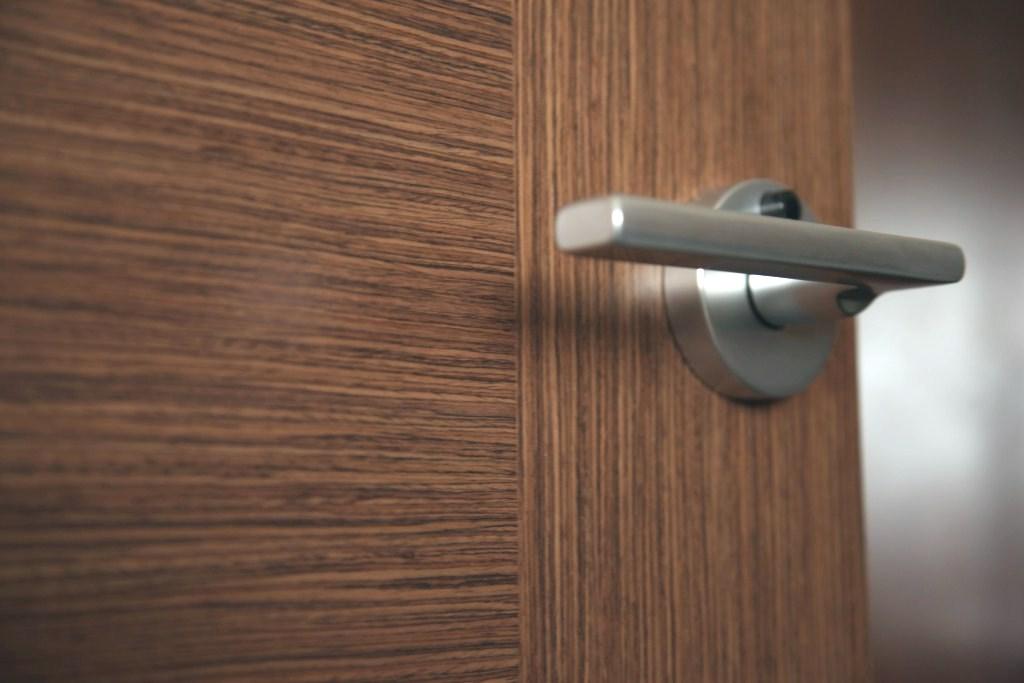 Какие ручки для межкомнатных дверей лучше выбрать