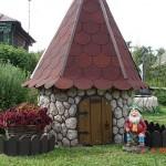 Колодец на даче: где копать, чем укрепить, как оформить