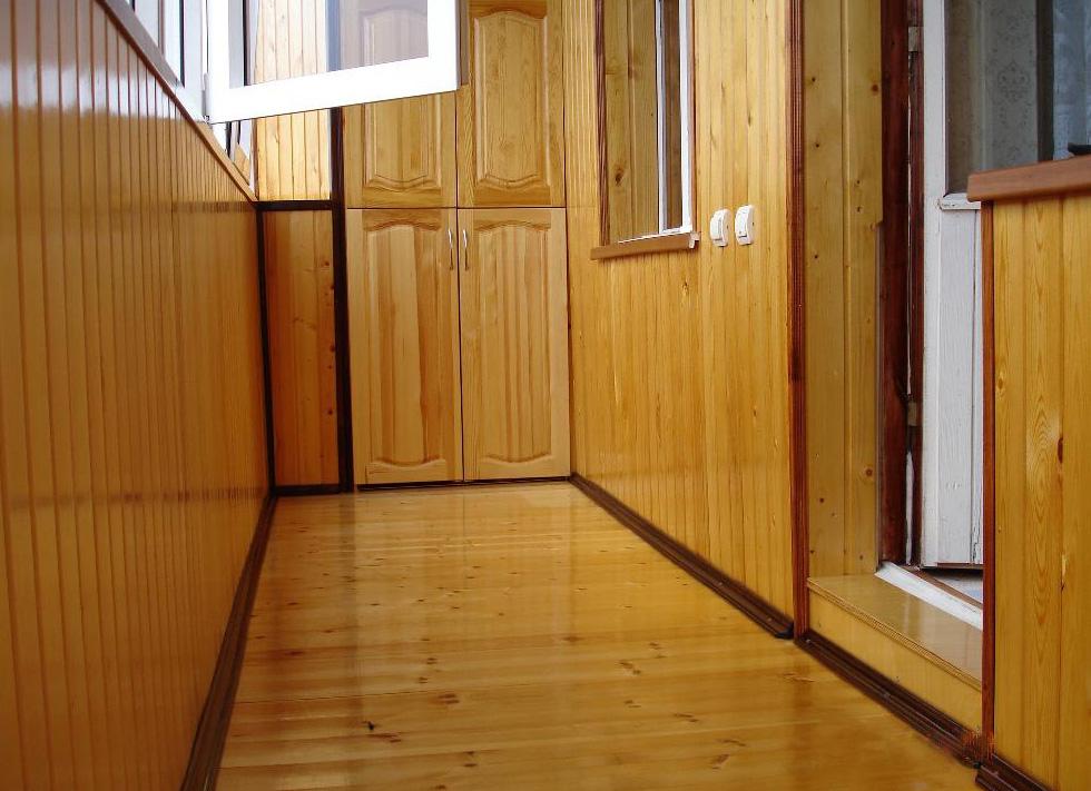 отделка балкона деревянной вагонкой 2
