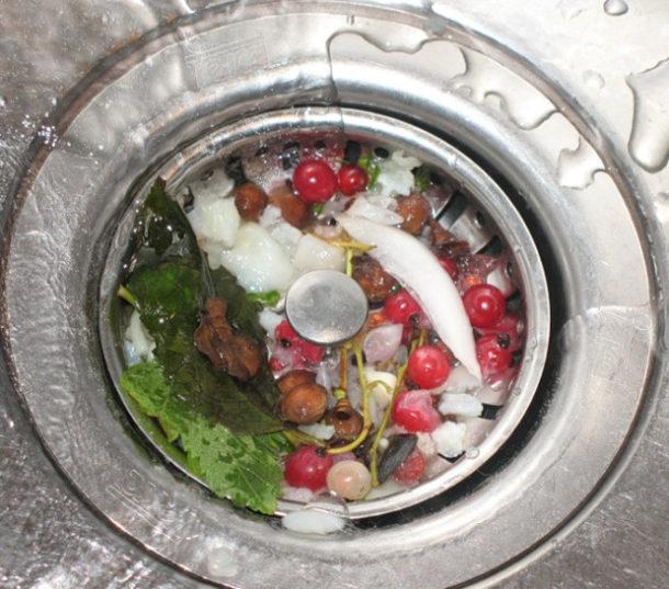 Защитная сетка на сливном отверстии кухонной мойки