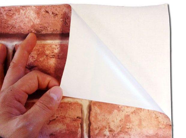 Самоклеящиеся обои для стен: 5 советов по выбору и поклейке