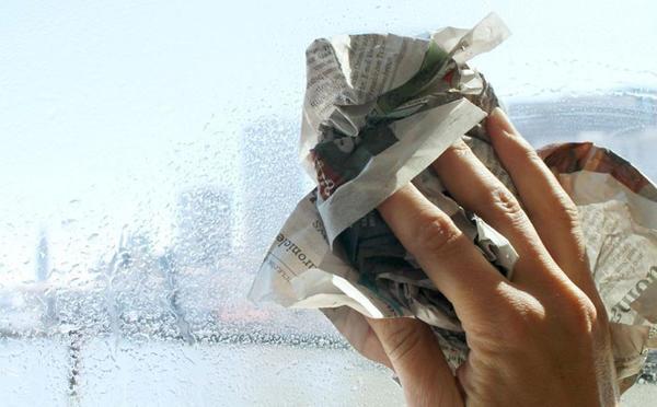 Мойка окна газетой