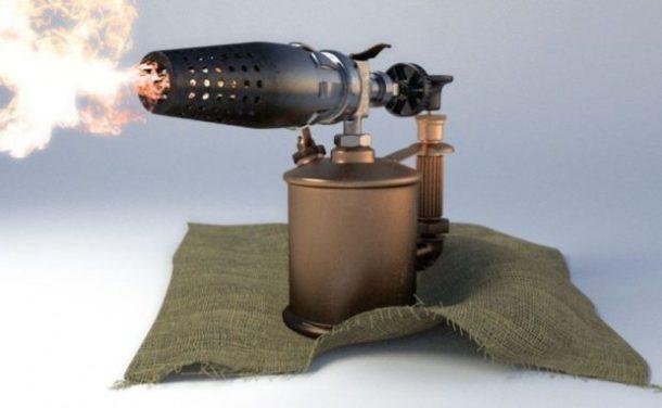 Разморозка трубы при помощи паяльной лампы