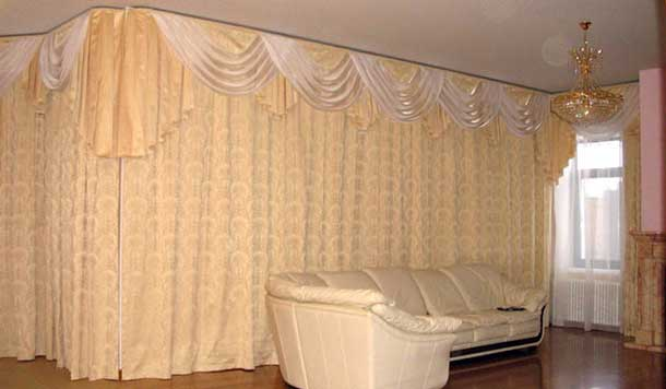 Декорирование голой стены шторами