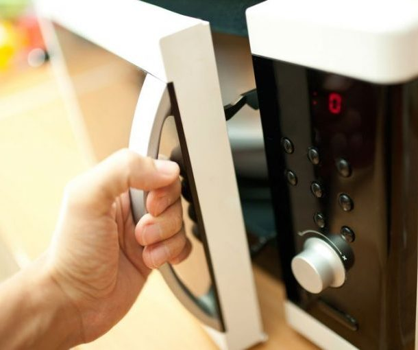 Куда поставить микроволновку на кухне: 22 совета