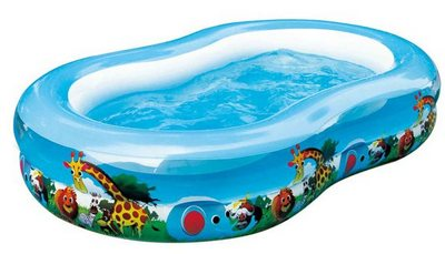 надувной бассейн заполнене водой