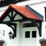 6 советов по обустройству навеса (козырька) над крыльцом частного дома фото
