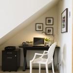 оформление пространства под лестницей 3