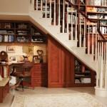 оформление пространства под лестницей 4