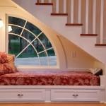 оформление пространства под лестницей 6