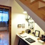 оформление пространства под лестницей 7