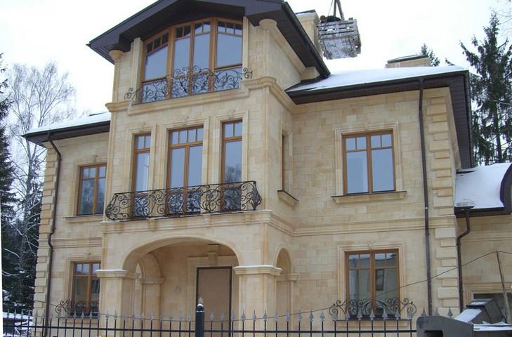 отделка фасада дома известняк