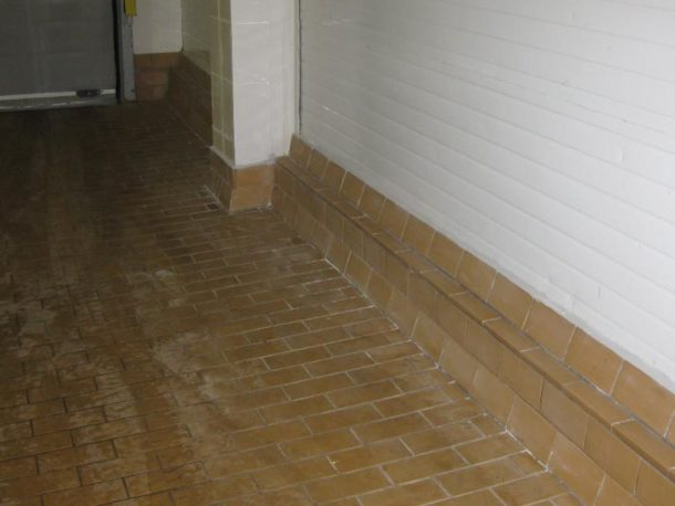 Кислотоупорная плитка на полу в гараже