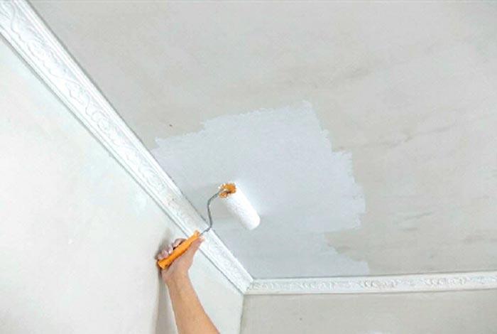 побеленные потолки на кухне