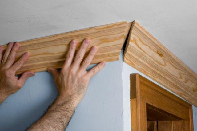 потолочный плинтус деревянный 2