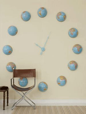 Настенные часы из небольших глобусов