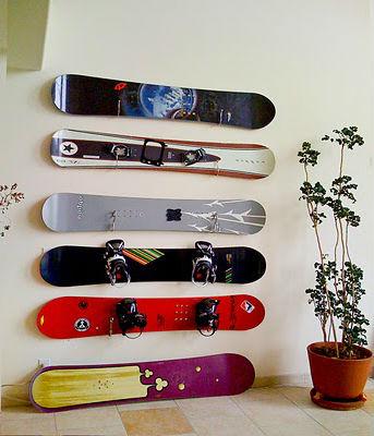 Украшение стены коллекцией сноубордов