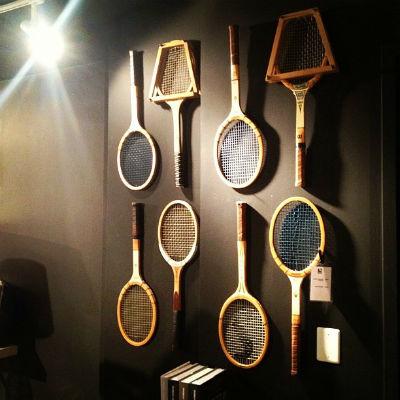 Декор стены теннисными ракетками
