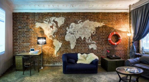 Декор кирпичной стены картой мира