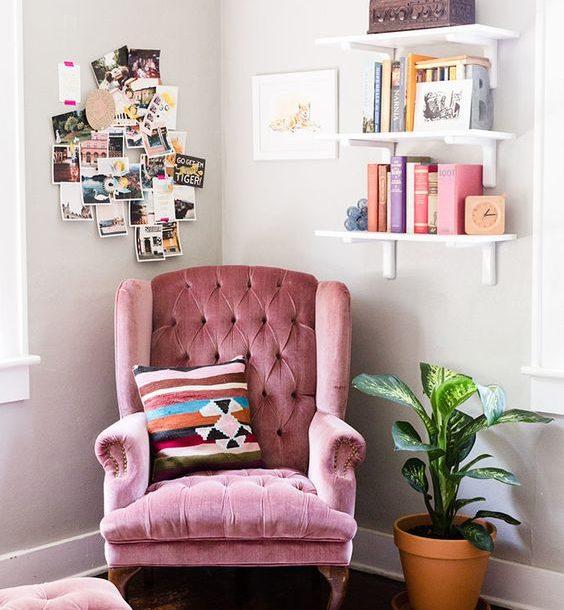 Выставка книг в качестве украшения стены