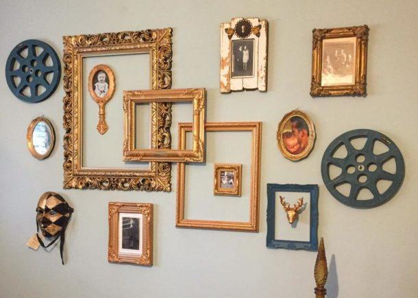 Украшение стены рамками, фотографиями и бобинами от киноплёнки