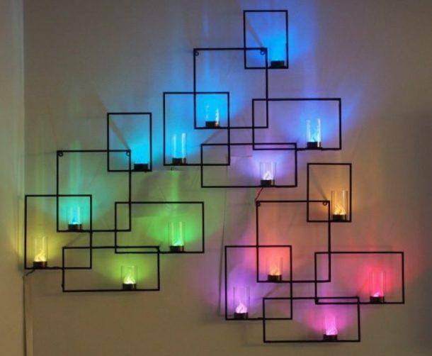 Рамки и декоративные светильники на стене