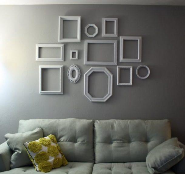 Украшение стены пустыми рамками для фотографий