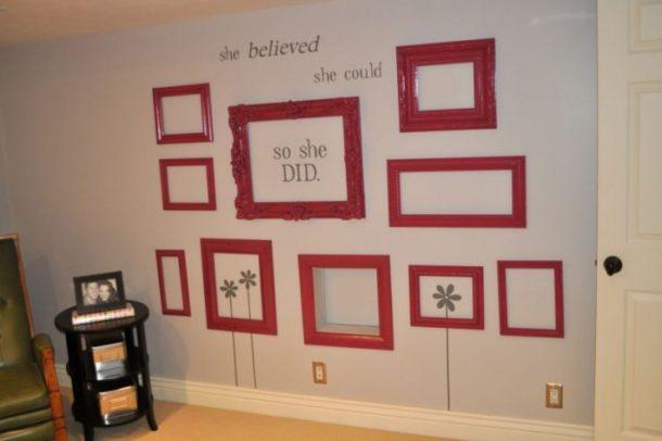 Стена украшенная рамками и декоративными буквами