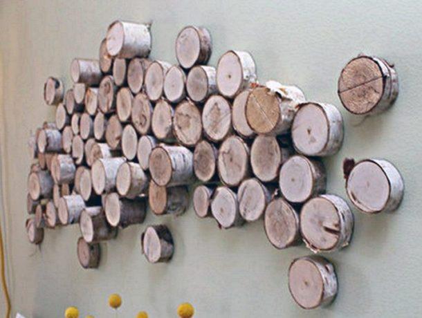 Ветки и спилы в качестве украшения на стенах