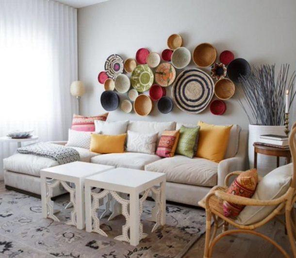 Декор стены тарелками и корзинами