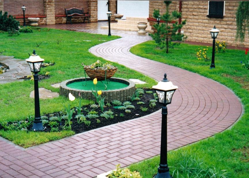 садовая дорожка из бетонной плитки