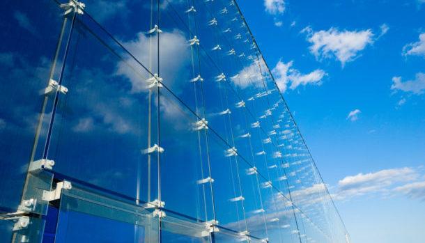 Фасад здания отделанный стеклянными панелями