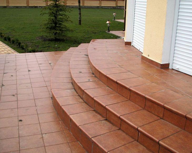 ступени крыльца из керамической плитки