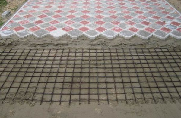 Процесс укладки тротуарной плитки на пол в гараже