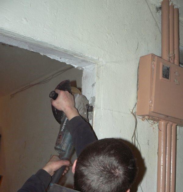 Удаление старых крепежных элементов двери