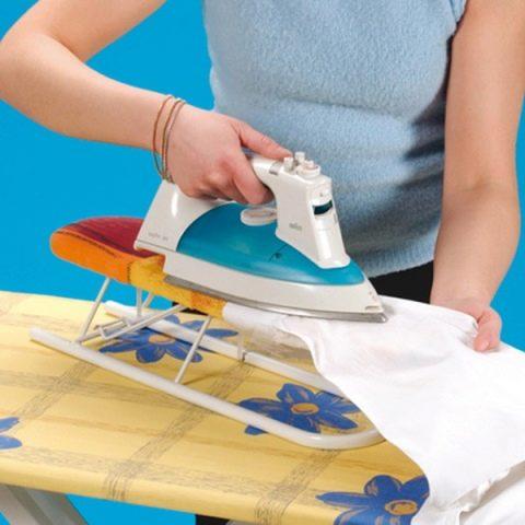 Маленькая гладильная доска для глажки рукавов