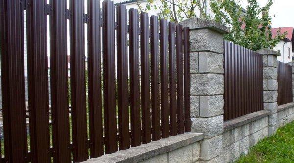 забор для участка из евроштакетника