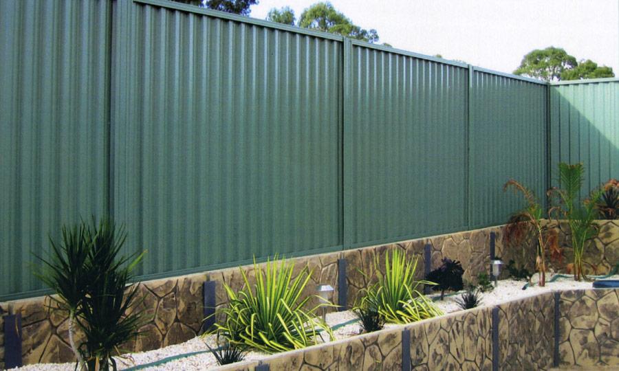 забор для участка из профнастила 2