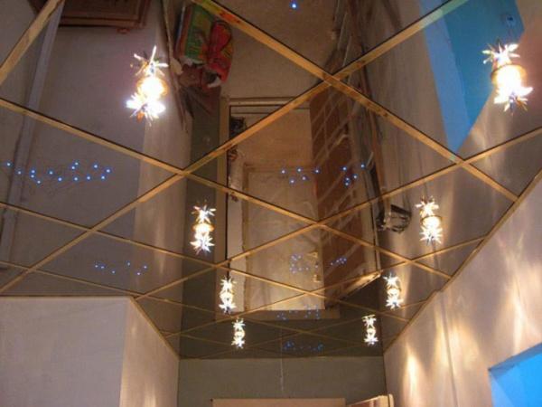зеркальные плитки для потолка в прихожей